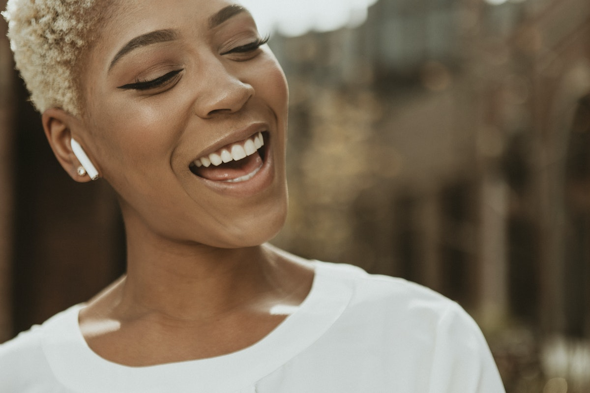 18 Examples Of Female Body Language | Betterhelp