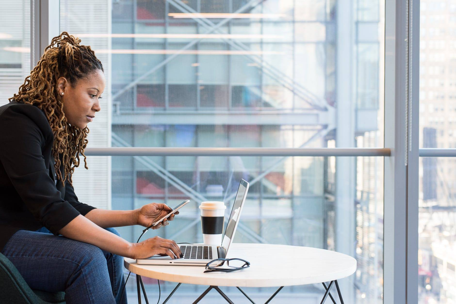 A professional uses her laptop to chat with strangers in other professional networks.
